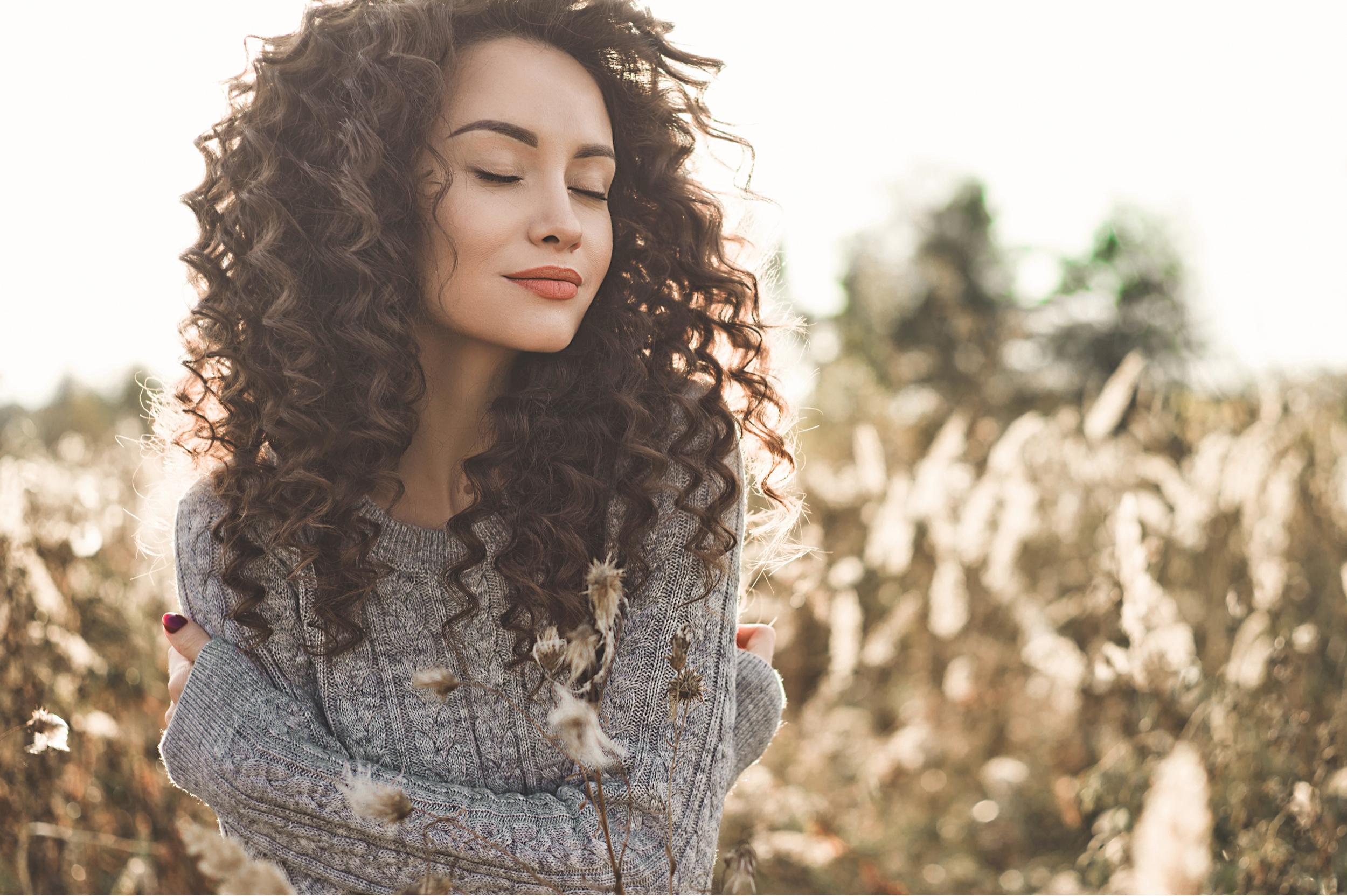 femme avec matières naturelles pour éviter les cheveux électriques